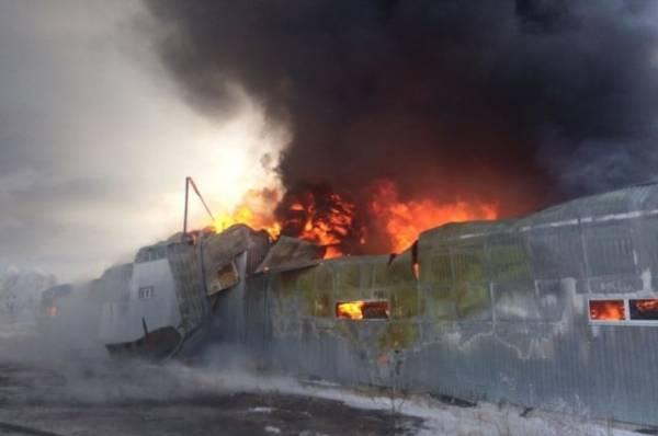 В Омске загорелся склад пластиковой тары