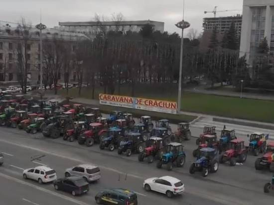 Молдавские фермеры приехали к зданию правительства на тракторах