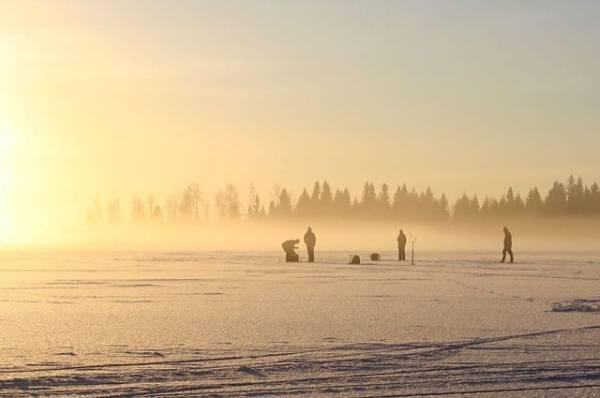 На Байкале под лед провалились двое рыбаков на мотоцикле