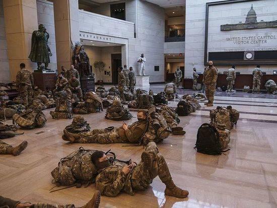 Разъяснилось лишение спальных мешков лежащих в Капитолии военных США