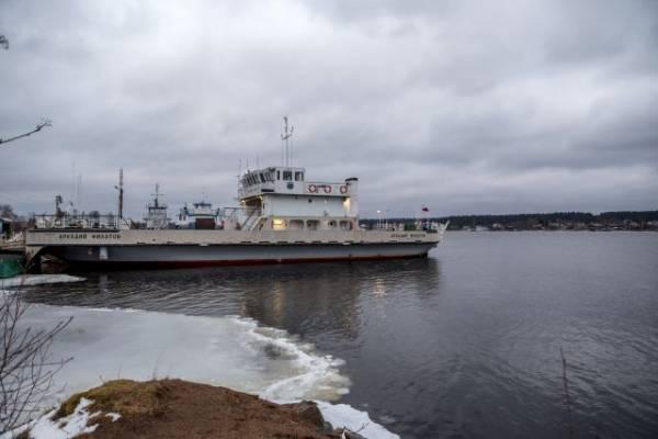 В Ленинградской области паром с пассажирами оказался зажат льдом