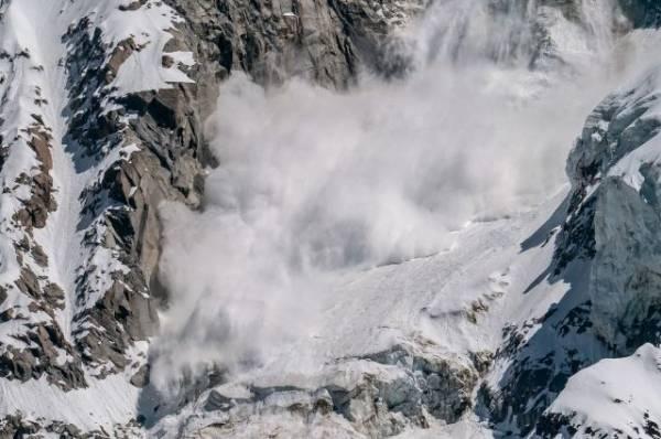 После схода лавины у Домбая под снегом могут находиться до 12 человек