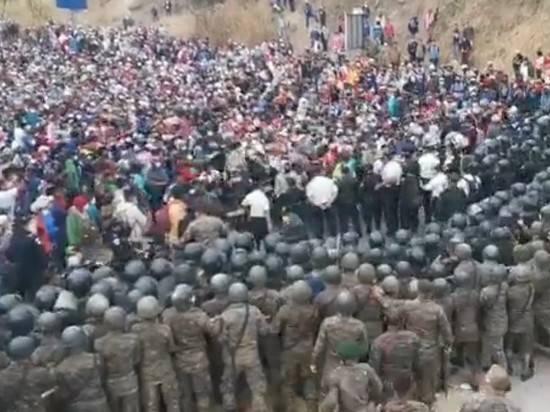 В Гватемале силовики пытаются остановить направляющийся в США караван мигрантов