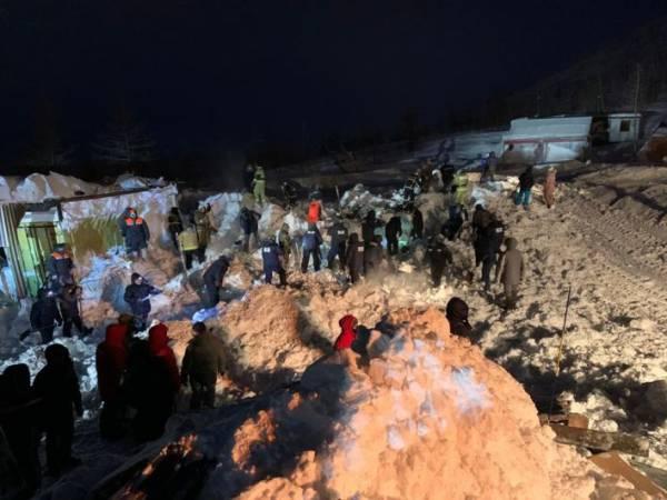 Поисковые работы на месте схода лавины в КЧР приостановили до утра