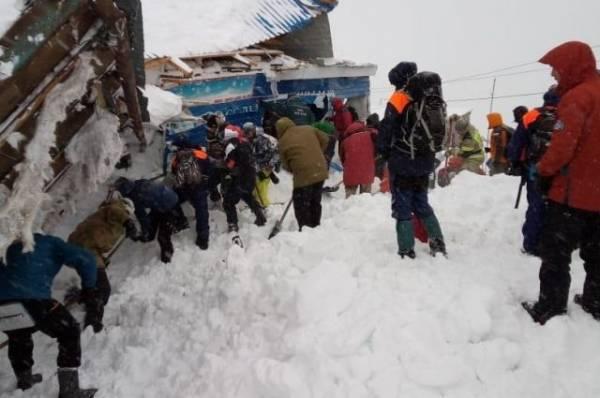 В Домбае возобновили поисково-спасательные работы после схода лавины