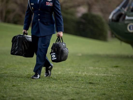 """Описана передача """"ядерного чемоданчика"""" Байдену от слившегося Трампа"""