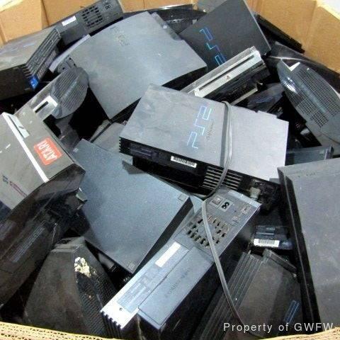 Отдают скопом: На продажу выставили больше 400 кг консолей PlayStation