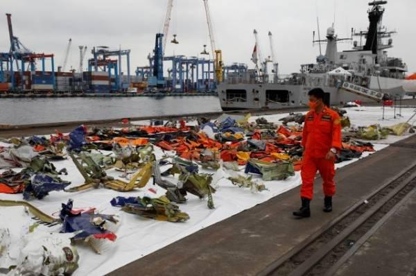 В Индонезии не смогли возобновить поиски разбившегося Boeing из-за непогоды