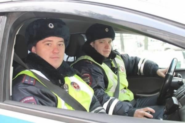 В Приморье инспекторы ДПС спасли людей из горящего дома