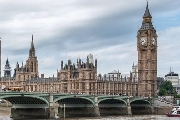 Очевидцы сообщили о столбе дыма над Вестминстерским дворцом