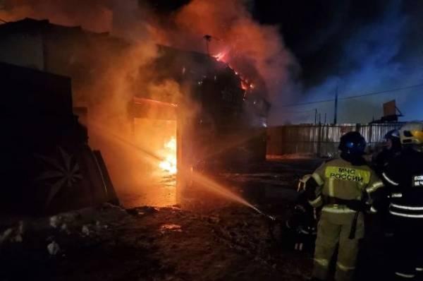 В Подмосковье пожарные потушили крупное возгорание в здании автосервиса