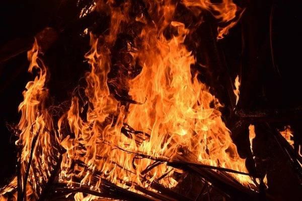 В ХМАО полицейские спасли пять человек из горящего дома