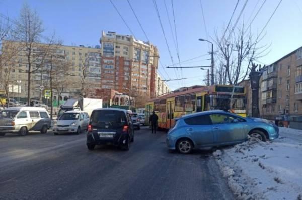 Во Владивостоке троллейбус протаранил на перекрестке четыре автомобиля