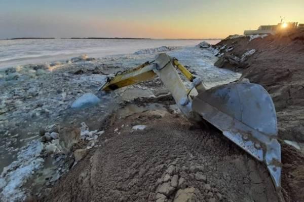 В Хабаровском крае экскаватор ушёл под лёд