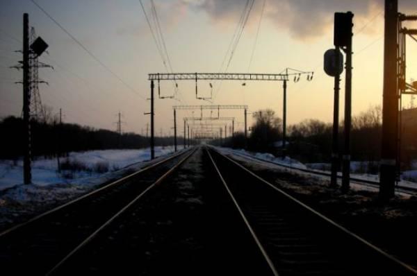 В Приморье при столкновении поезда и машины погиб один человек