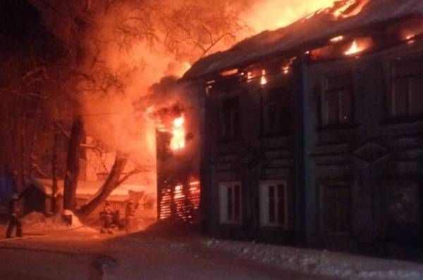 19 человек эвакуированы из горящего дома в Архангельской области