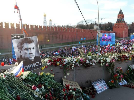 Полиция огородила мемориал на месте убийства Немцова и задержала волонтеров