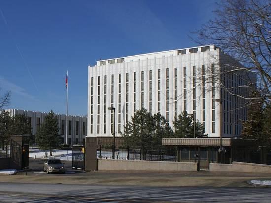 Жертвы коронавируса заставили посольство России в США приспустить флаг