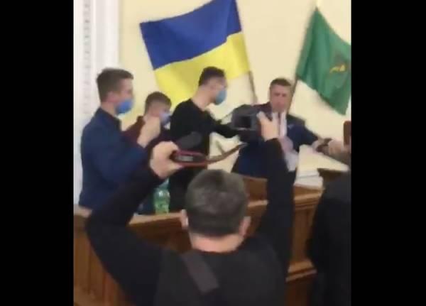 """Украинского депутата попытались """"выгнать"""" с трибуны в Россию"""