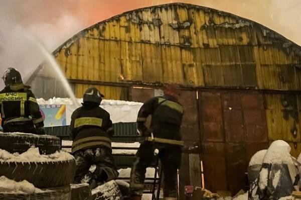 В Москве пожарные ликвидировали крупное возгорание в ангаре