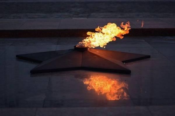 В Петербурге вандалы снова затушили Вечный огонь