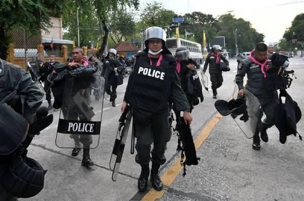 В Бангкоке полиция применила против митингующих водеметы и слезоточивый газ