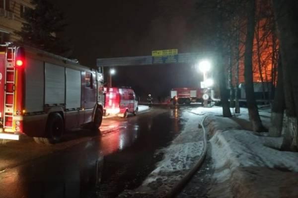 В Подмосковье загорелся склад на заводе огнеупорных изделий