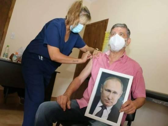 Мэр аргентинского города привился с портретом Путина в руках