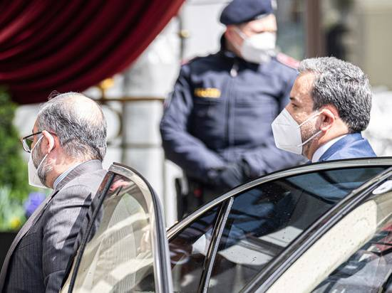 США и Иран начали ядерные переговоры через посредников