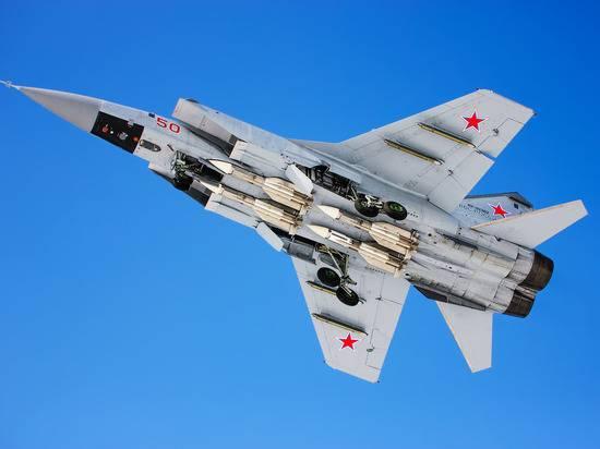 Истребитель МиГ-31 сопроводил самолет-разведчик США над Тихим океаном
