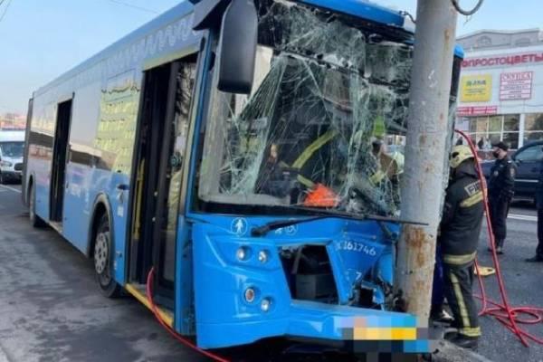 Семь человек оказались в больнице после ДТП с автобусом в Москве