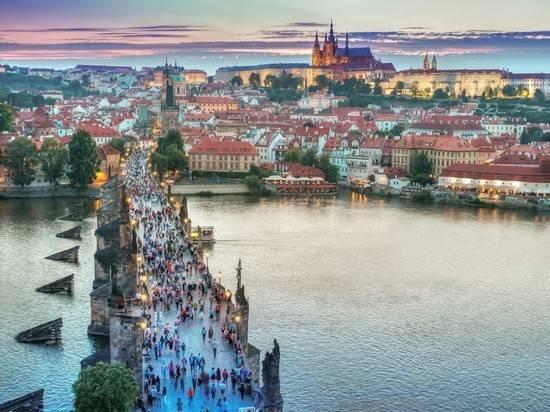 Чехия высылает 63 сотрудника посольства России с семьями