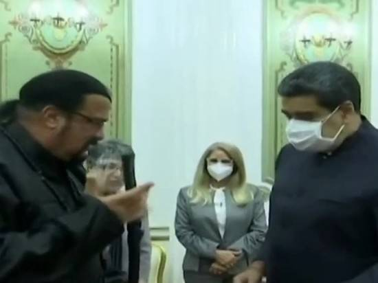 Стивен Сигал подарил президенту Венесуэлы Мадуро японский меч
