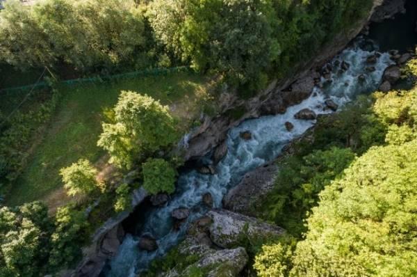 В Адыгее группа туристов сорвалась в реку