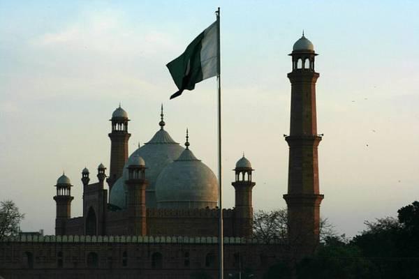 При падении фургона в канал в Пакистане погибли 11 человек