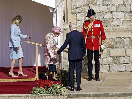 Жена Байдена пришла к Елизавете II c заклеенной ногой