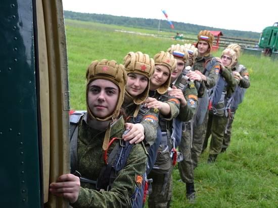 Суворовцы и кадеты совершили первые прыжки с парашютом