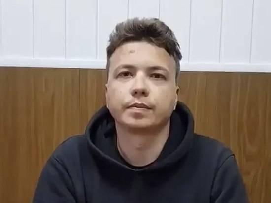 Мать объяснила поведение Протасевича желанием спасти себя и девушку