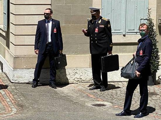 В Женеве на фото попал «ядерный чемоданчик» президента России