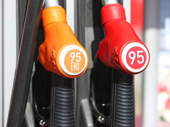 Цены на бензин решили заморозить