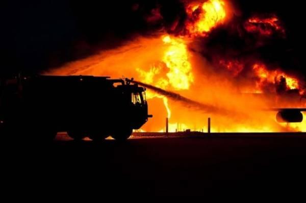 В Москве горит металлобаза на площади 1 000 квадратных метров
