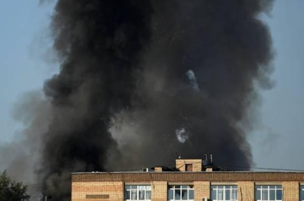 Склад пиротехники горит в районе Лужников