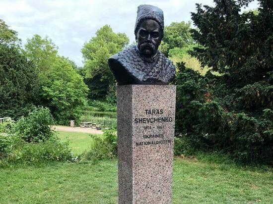 Памятник украинскому поэту Шевченко раскрасили в Копенгагене в триколор РФ
