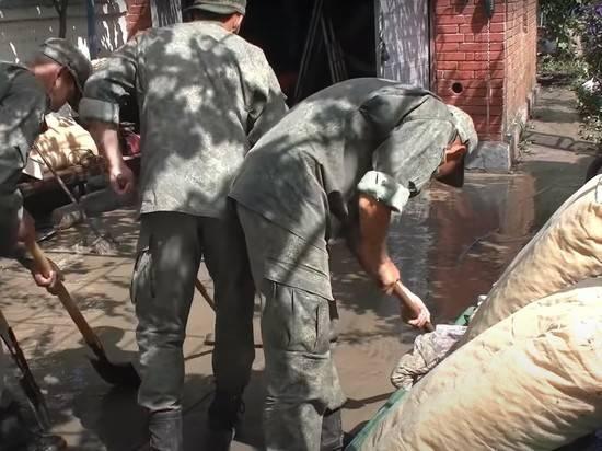 Военные химики продизенфицируют пострадавшие от наводнения районы Крыма