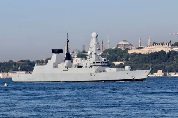 Корабль РФ открыл предупредительную стрельбу по курсу эсминца Британии