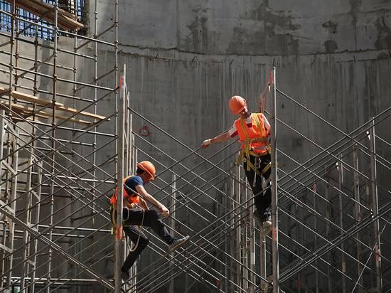 Мигрантов на стройках предложили заменить неработающими пенсионерами: мнение экономиста