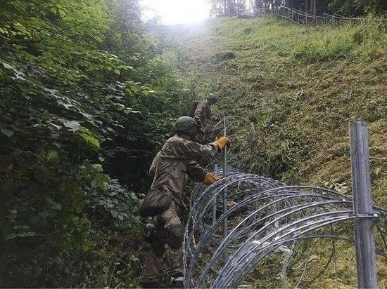 Литва начала растягивать на границе с Белоруссией колючий забор