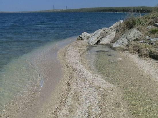 Украинцы обложили данью отдыхающих на крымском пляже россиян