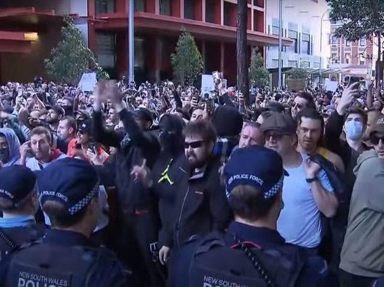 В Австралии продолжаются массовые беспорядки против локдауна из-за COVID-19