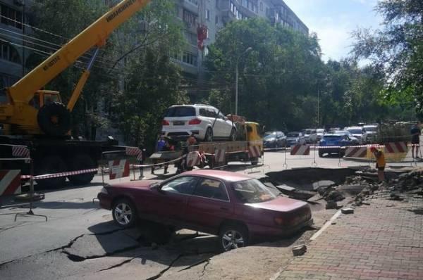 В Хабаровске из-за повреждения водопровода рухнул участок дороги